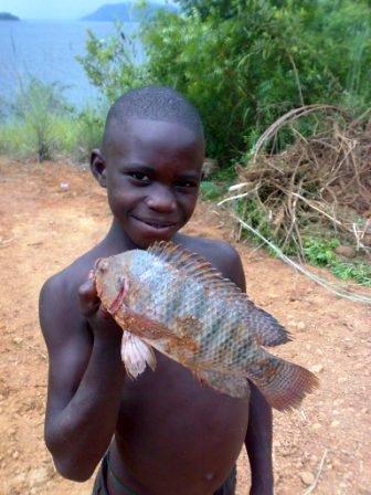 dreng med fisk